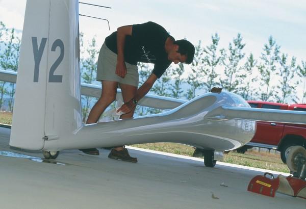Pilot Ryan Priest preps his single-seat Ventus 2 before takeoff.