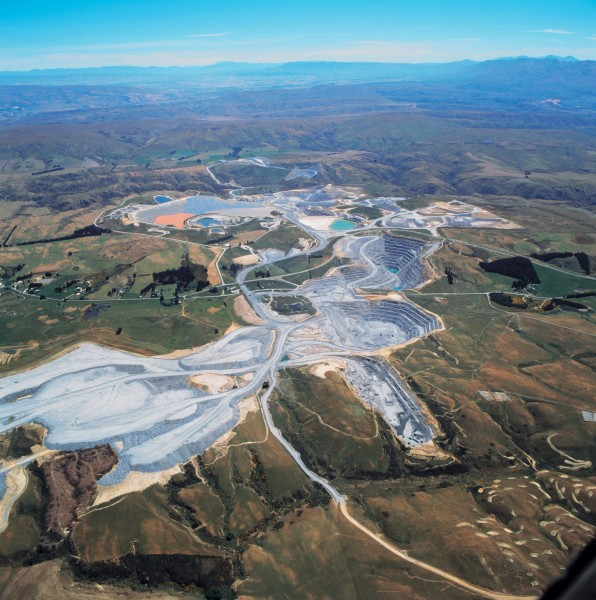 Although the two largest gold mines in the country both involve large opencast operations, the settings could hardly be more different. At Macraes Flat, Oceana Gold's operation sprawls over 550 ha and mined areas are continually being restored to farmland.
