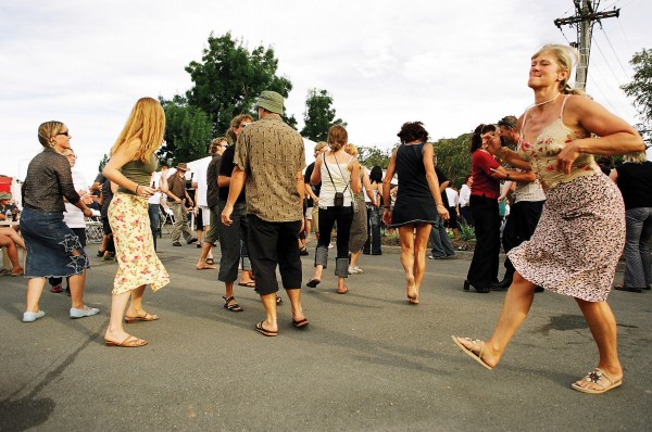 Since Gore is the New Zealand capital of country music, it is only natural that the Warratahs are the closing act of the day. Locals and visitors alike make the most of the opportunity to dance in the streets.
