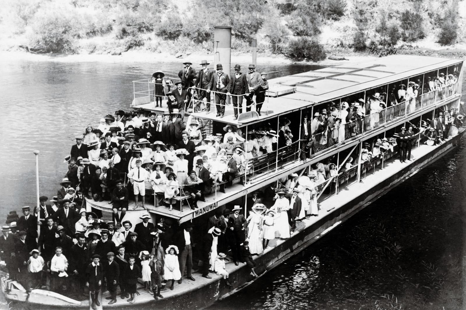 Flagship of the Hatrick fleet and undisputed Queen of the River was the double-decker stern-wheeler Manuwai. At 104 feet long, her lack of manoeuvrability confined her to the lower reaches, where she made day trips from Whanganui and proved a popular choice with Sunday picnic parties, such as this one photographed in about 1910. Manuwai only once ventured as far upstream as Pipiriki, when the hotel there burnt down in 1909 and she provided emergency accommodation while the new Pipiriki House was built.