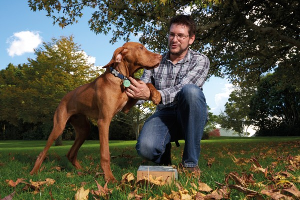 David Pattemore with his five- month-old Vizsla, Ollie, being trained to sniff out bumblebee nest wax. By locating early- stage nests, Ollie will help scientists design nest boxes to lure bumblebees into orchards and pastures.